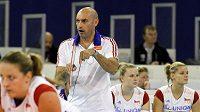 Trenér Carlo Parisi udílí pokyny českým hráčkám během souboje se Srbskem.