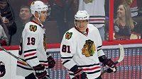 Útočník Chicaga Marián Hossa (vpravo) se stal 80. hráčem v historii NHL, který dosáhl na metu 1000 bodů.