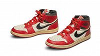 Vydražené boty basketbalové legendy Michaela Jordana z roku 1985.