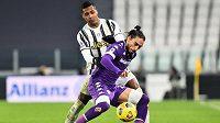 Fotbalista Juventusu Alex Sandro v souboji s Martinem Caceres z Fiorentiny.