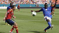 Španělský záložník Jesús Navas (vlevo) v utkání proti Haiti bojuje o míč s Donaldem Guerrierem Wildem.