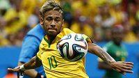 Brazilec Neymar při střeleckém pokusu proti Kamerunu.