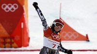 Ester Ledecká se raduje z olympijského triumfu v závodě v paralelním obřím slalomu na ZOH v Koreji.