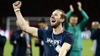 Zraněná hvězda Tottenhamu Harry Kane slaví postup do finále Ligy mistrů.