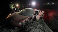 Poničené Ferrari Artura Vidala, kteří v dějisti Copa América řídil opilý.