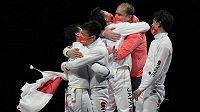 Družstvo japonských kordistů získalo na olympijských hrách v Tokiu premiérové zlato v soutěži družstev.
