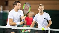 Německý tenista Kevin Krawietz (vpravo) se svým deblovým parťákem Andreasem Miesem.