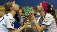 Florbalistky Chodova se radují z cenné trofeje.