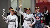 Nico Rosberg (uprostřed), jeho stájový kolega Lewis Hamilton a Daniel Ricciardo po GP Monaka.