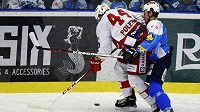 Plzeňský obránce Vojtěch Mozík (vpravo) brání slávistického útočníka Michala Poletína ve třetím semifinálovém utkání play off extraligy.