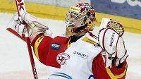 Dominik Furch z HC Slavia Praha se po vyhraném zápase proti Kladnu raduje z postupu do semifinále play-off hokejové extraligy.