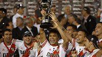 Fotbalisté River Plate se radují z triumfu v Jihoamerickém poháru.