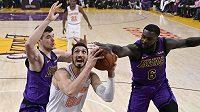 Enes Kanter (uprostřed) z New York Knicks střílí, brání mu Ivica Zubac (vlevo) a Lance Stephenson z Los Angeles Lakers.
