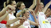 České basketbalistky oslavují na kvalifikačním turnaji v Ankaře vítězství nad Japonskem, jímž si zajistily účast na olympijských hrách v Londýně.