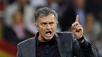 Trenér Realu Madrid José Mourinho během zápasu s Barcelonou.
