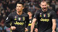 Fotbalové legendy Ronaldo a Chiellini v dresu Juventusu.