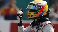 Britský jezdec Lewis Hamilton krátce po srážce s francouzským pilotem Romainem Grosjeanem na okruhu ve Spa Francorchamps.