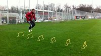Michal Kadlec se konečně vrátil na trávník. Zatím jen lehce trénuje.