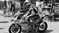 Motocyklový svět zasáhla smutná zpráva. Během 11. ročníku závodů Okruh Františka Bartoše po tragické nehodě zemřel pětadvacetiletý závodník Martin Prouza.