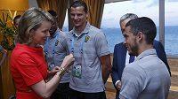 Belgická královna Mathilde v rozhovoru s belgickými reprezentanty Danielem van Buytenem (uprostřed) a Edenem Hazardem po utkání s Ruskem.