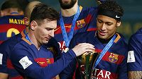 Barcelonští Lionel Messi (vlevo) a Neymar oslavují triumf při MS klubů.
