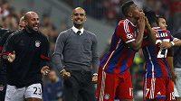 Jerome Boateng (druhý zprava) se raduje z gólu, kterým zařídil výhru Bayernu nad Manchesterem City. Uprostřed kouč Pep Guardiola, vlevo náhradní brankář Reina.