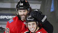 Legendární útočník Jaromír Jágr se dočkal po návratu do NHL vstřeleného gólu. V utkání s Detroitem mu na první trefu v dresu Calgary přihrál Johnny Gaudreau a společně pak trefu oslavili.
