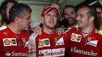 Triumf Sebastiana Vettela (uprostřed) v Malajsii vyvolal v rodině Ferrari euforii. Dokáže na něj Scuderia navázat?