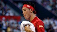 Japonský tenista Kei Nišikori při turnaji v Tokiu v prvním kole proti Joao Sousovi z Portugalska.