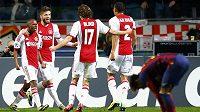 Fotbalisté Ajaxu se radují z branky Thulaniho Serera (vlevo) v utkání proti Barceloně.