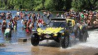 Josef Macháček projíždí se svou buginou mezi fanoušky Rallye Dakar na trati první etapy.