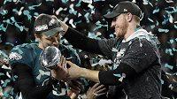 Fotbalisté týmu Philadelphia Eagles quarterback Carson Wentz (vpravo) a Nick Foles se radují z vítězství v Super Bowlu.