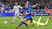 Kolbeinn Sigthórsson překonává brankáře Petra Čecha a střílí vítězný gól Islandu v utkání s českými fotbalisty.