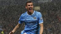 Edin Džeko z Manchesteru City se raduje z gólu do sítě Aston Villy.