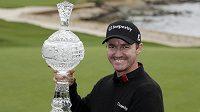 Golfista Jimmy Walker pózuje s vítěznou trofejí.