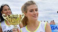 Tenistka Eugenie Bouchardová s trofejí z turnaje v plážovém fotbalu.