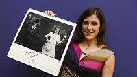 Nejlepší armádní sportovec roku Zuzana Hejnová pózuje se svoji fotografií v kalendáři Dukla 2014. Autorem fotografií v kalendáři je Jan Saudek.