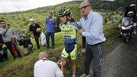 Lékař ošetřuje zraněného španělského cyklistu Alberta Contadora, který se zranil při pádu během Tour de France.