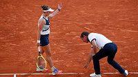Sudí Pierre Bacchi právě dělá obří chybu. V semifinále French Open svýcm verdiktem okradl Barboru Krejčíkovou o proměněný mečbol.