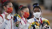 Zleva stříbrná Tchang Si-ťing, uprostřed zlatá Kuan Čchen-čchen (obě z Číny) a bronzová Američanka Simone Bilesová.