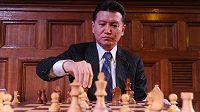 Šéf FIDE Kirsan Iljumžinov, přinejmenším dočasně, na světové šachovnici dokraloval.
