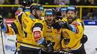 Hokejisté David Štich, Jan Ščotka a Michal Trávníček z Litvínova se radují z gólu.