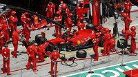 Vůz Němce Sebastiana Vettela v depu před Velkou cenou Štýrska.