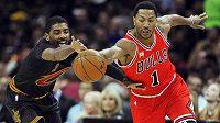 Basketbalista Chicaga Derrick Rose (vpravo) bojuje o míč s Kyriem Irvingem z Clevelandu.