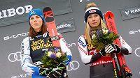 Slovenka Petra Vlhová (vlevo) a Mikaela Shiffrinová z USA po závodě v Mariboru.
