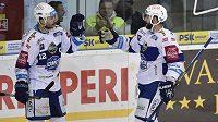 Brněnský útočník Tomáš Vincour (vpravo) se raduje s kapitánem Komety z gólu proti Liberci v zápase 37. kola hokejové Tipsport extraligy.