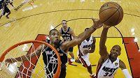 Forvard San Antonia Spurs Tim Duncan (21) je při střele blokován hráčem Miami Heat Rayem Allenem (34).