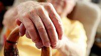 Někdy je i věk přes 70 let ještě příliš brzy na důchodcovskou hůl. (ilustrační foto)