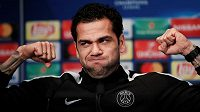 Výraz i gesta obránce PSG Daniho Alvese před odvetou osmifinále Ligy mistrů s Realem Madrid značí jediné: pařížský celek si na obhájce trofeje věří.