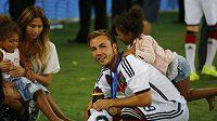 Mario Götze s přítelkyní Kathrin Brommelovou a dcerami Jeromeho Boatenga Soley a Lamia.